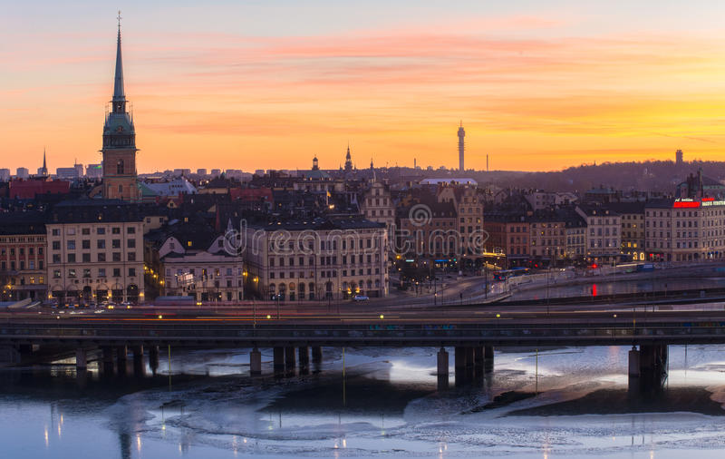 Alba sopra il ` s Città Vecchia di Stoccolma e le piste del treno fotografia stock