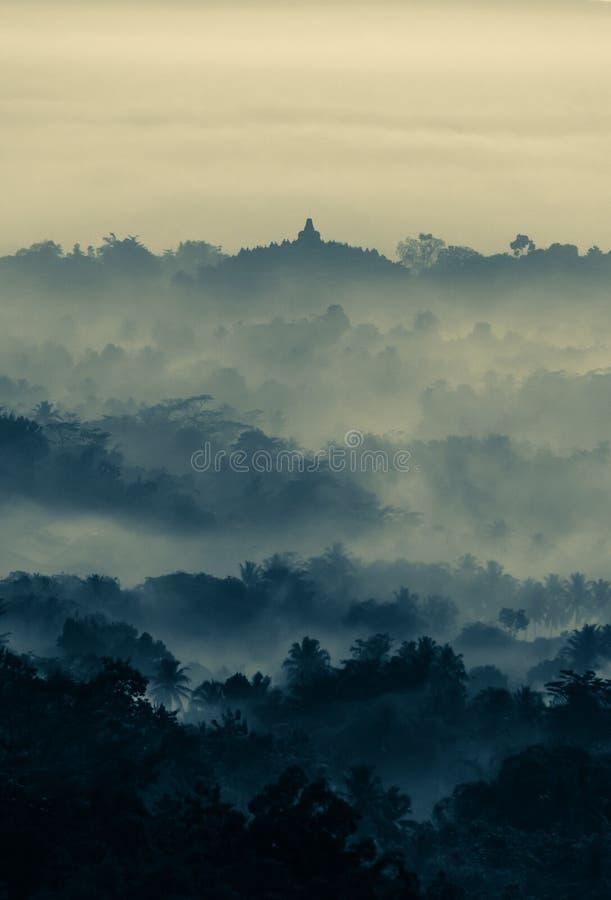 Alba sopra il tempio buddista di Borobudur fotografie stock libere da diritti