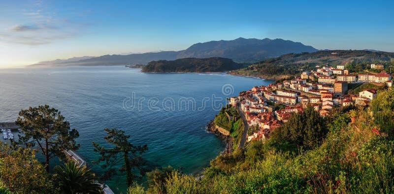 Alba sopra il villaggio di Lastres, Asturie immagini stock