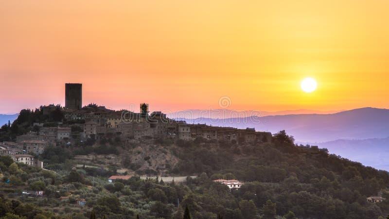 Alba sopra il villaggio toscano fotografia stock libera da diritti