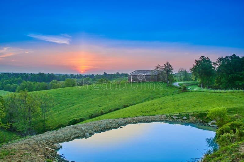 Alba sopra l'azienda agricola del Kentucky con lo stagno fotografia stock libera da diritti