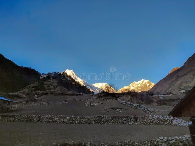 Alba sopra l'Himalaya Supporto Manaslu Ottavo più alto picco nel mondo fotografia stock libera da diritti