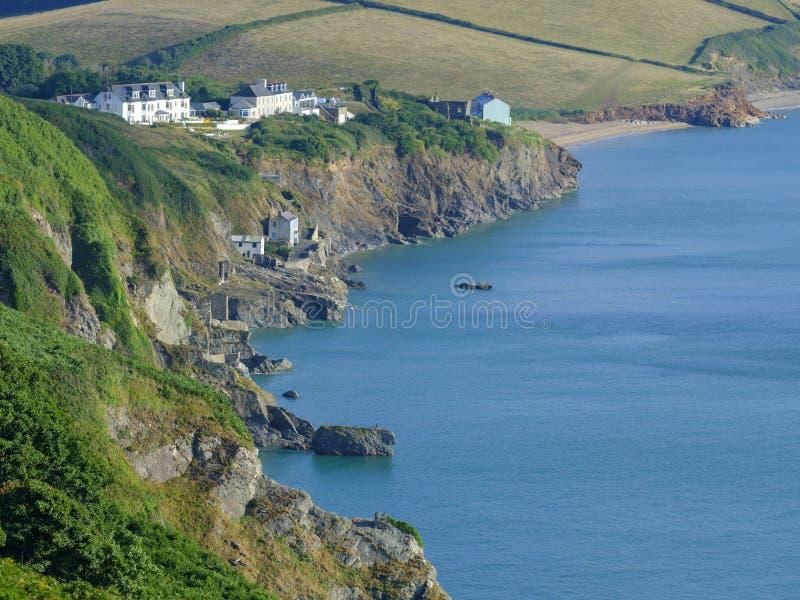 Alba sopra la baia di inizio vicino alla casa leggera che guarda lungo la costa verso le sabbie di Slapton e di Beesands con il r immagine stock