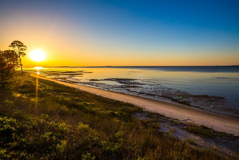 Alba sopra la spiaggia da Apalachicola, FL fotografie stock libere da diritti
