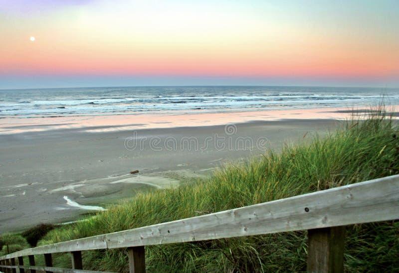Alba sopra la spiaggia di Newport fotografie stock libere da diritti