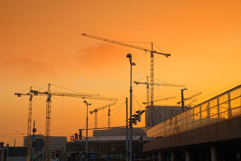Alba sopra la stazione centrale di Wien Hauptbahnhof Vienna, Austria fotografia stock libera da diritti