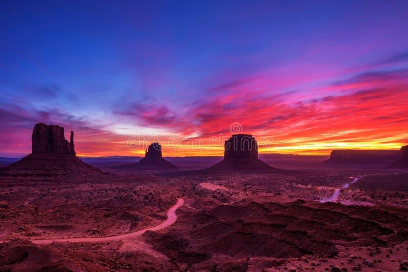 Alba sopra la valle del monumento, Arizona, U.S.A. immagini stock libere da diritti