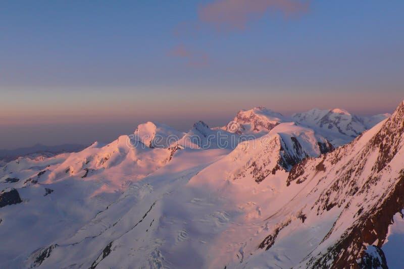 Alba sopra le alpi svizzere vicino alla tassa di Saas un bello giorno di inverno fotografia stock