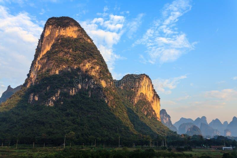 Alba sopra le colline del calcare immagini stock