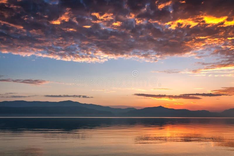 Alba sopra le montagne Biokovo sulla costa adriatica immagini stock