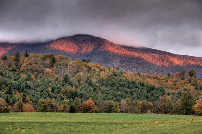 Alba sopra le montagne di autunno fotografie stock