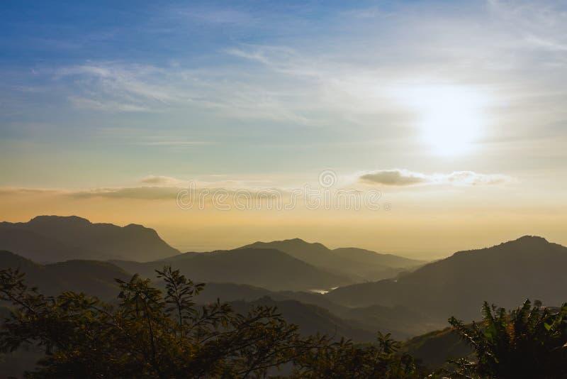 Alba sopra le montagne sotto foschia di mattina a Khao Kho nazionale fotografie stock libere da diritti