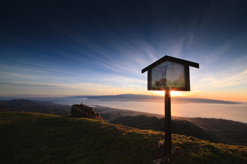 Alba sopra lo stretto di Messina con i precedenti della BO fotografia stock libera da diritti