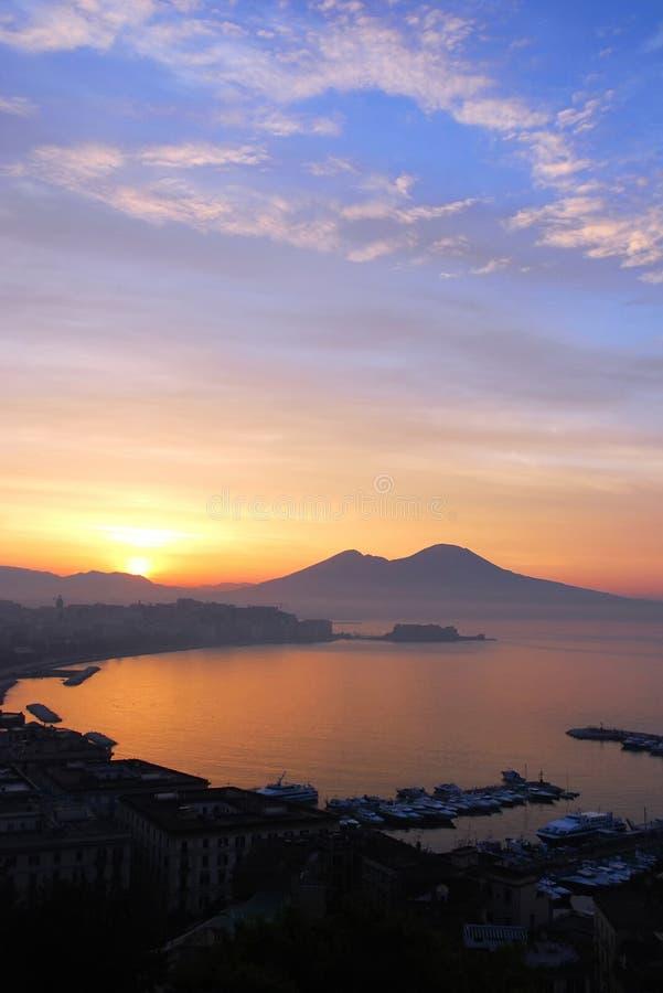Alba sopra Napoli, Italia fotografia stock libera da diritti