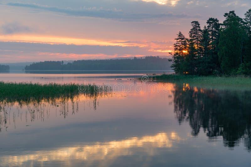 Alba sopra un lago calmo in Filipstad Svezia fotografia stock libera da diritti