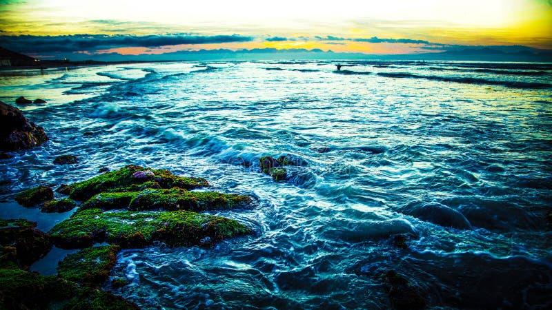 Alba sopra un mare agitato fotografia stock