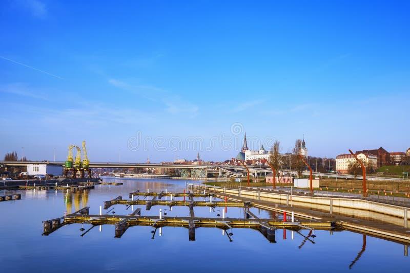 Alba sopra un porticciolo vuoto in Szczecin, Polonia immagini stock