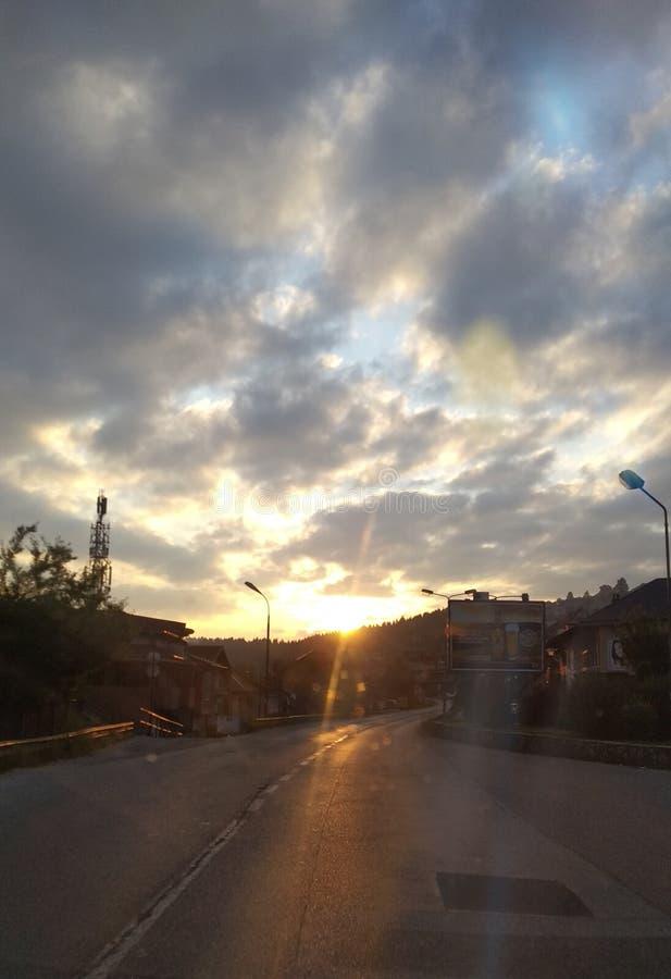Alba sopra una piccola città della montagna immagini stock