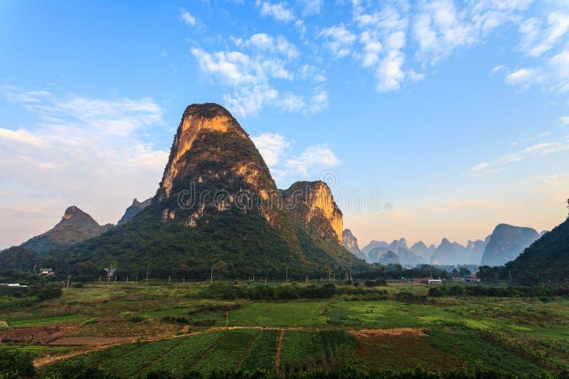 Alba sopra una valle delle colline del calcare fotografia stock libera da diritti
