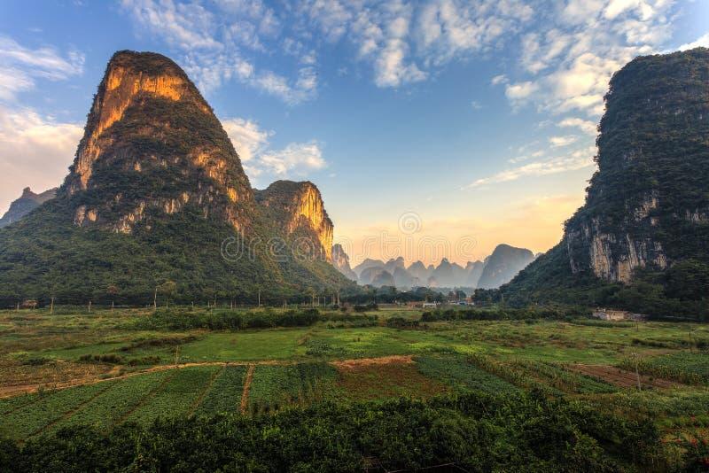 Alba sopra una valle delle colline del calcare fotografie stock libere da diritti