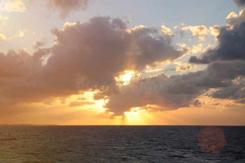 Alba sotto l'oceano immagine stock