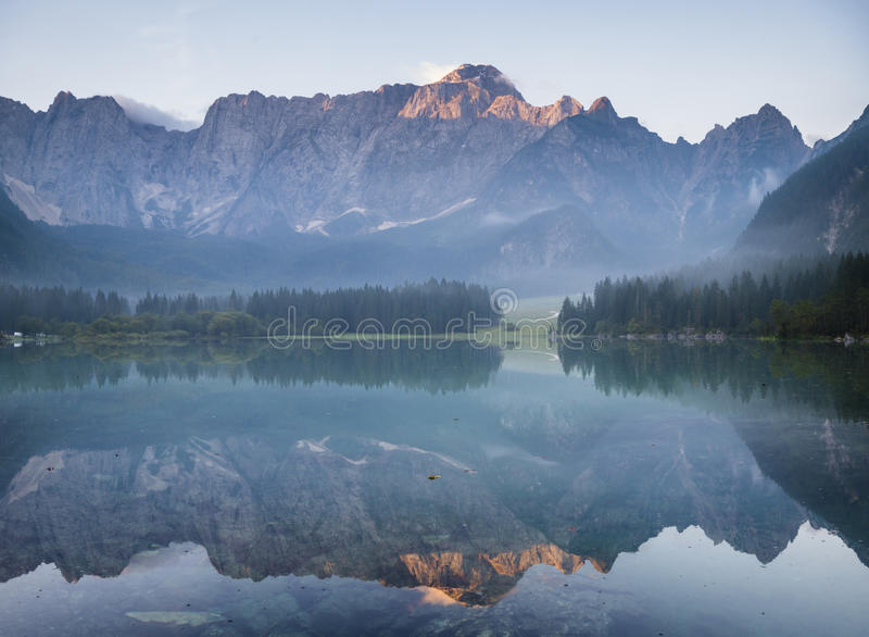 Alba spettacolare e bella sopra il lago mountain immagini stock libere da diritti