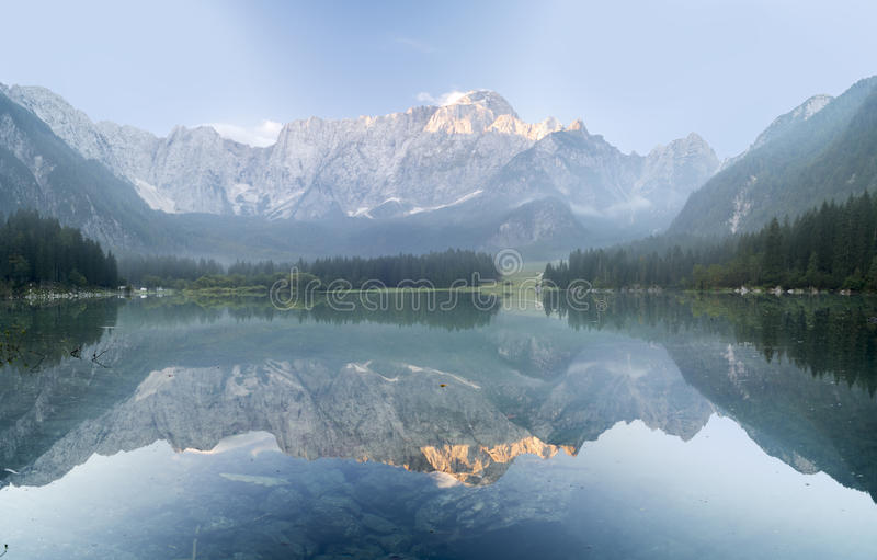 Alba spettacolare e bella sopra il lago mountain immagine stock libera da diritti