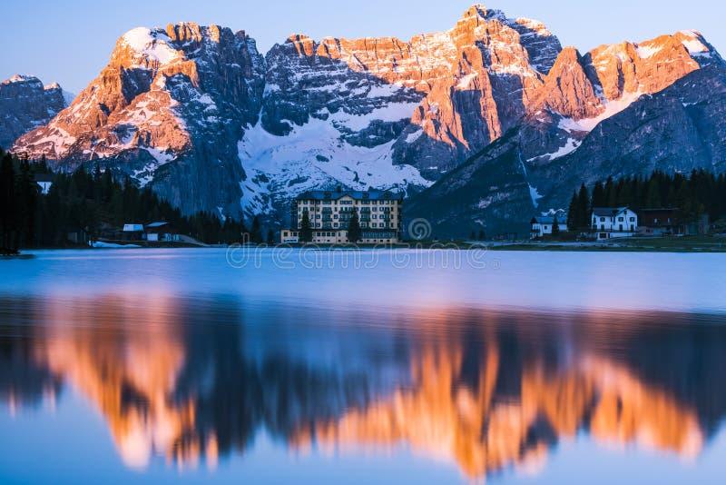Alba spettacolare sopra il lago Misurina in Italia, mounta delle dolomia fotografie stock libere da diritti