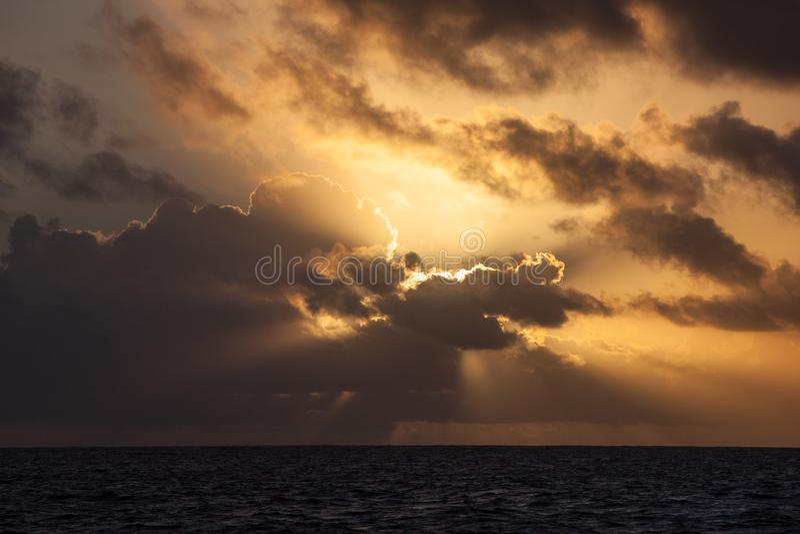 Alba splendida sopra il mar dei Caraibi fotografie stock