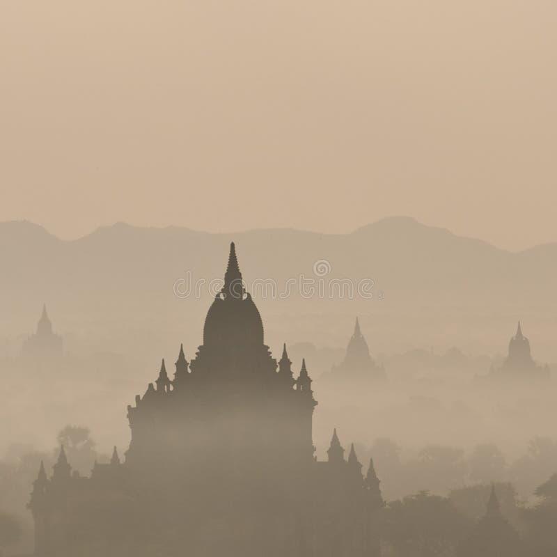 Alba stupefacente e tempie a Bagan Kingdom, Myanmar (Birmania) immagini stock libere da diritti
