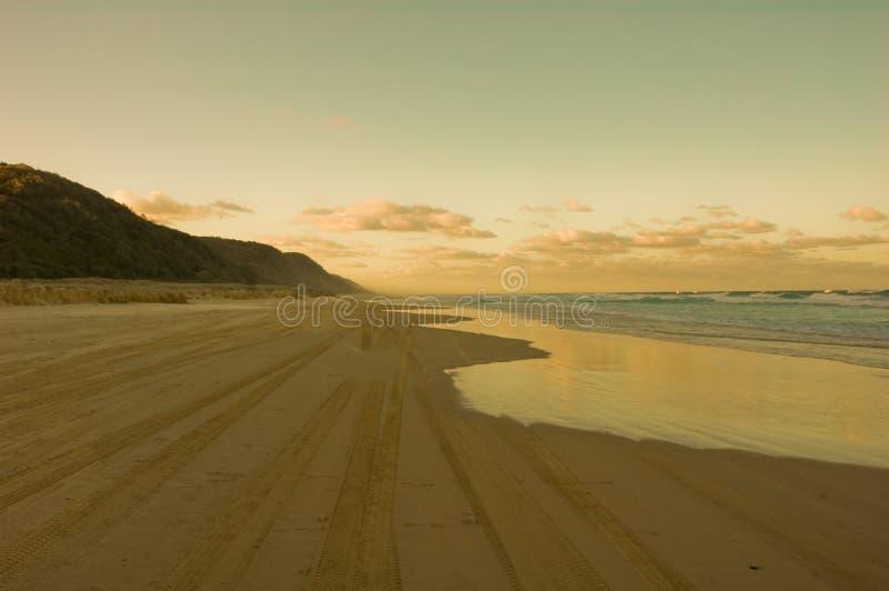Alba su una spiaggia nell'isola di Fraser, Australia immagine stock libera da diritti