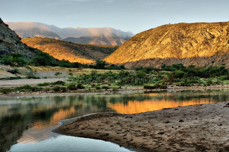 Alba sul fiume impressionante in montagne fotografie stock