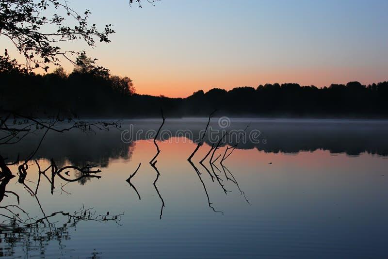Alba sul lago, Carelia fotografia stock libera da diritti