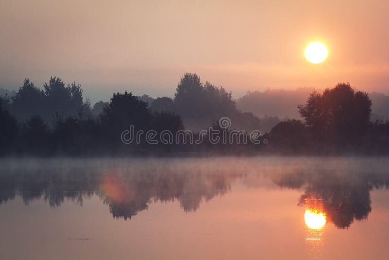 Alba sul lago immagini stock