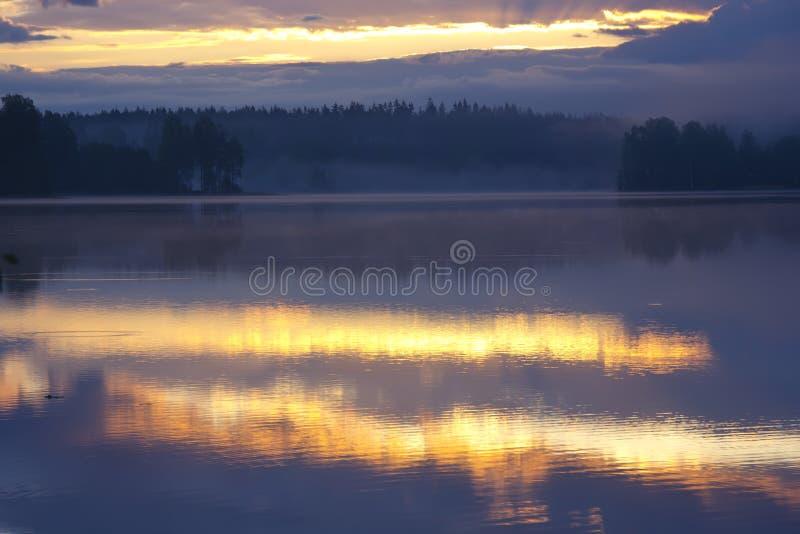 Alba sul lago, Russia fotografie stock