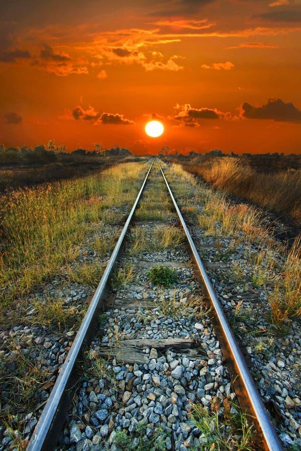 Alba sul modo del treno. fotografia stock libera da diritti
