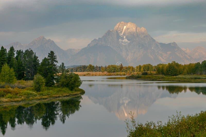 Alba sul Mt Moran che riflette nel fiume Snake nel parco nazionale di Teton nella caduta fotografia stock libera da diritti