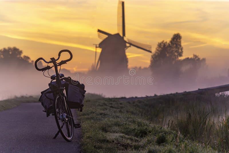 Alba sul mulino a vento olandese fotografia stock libera da diritti