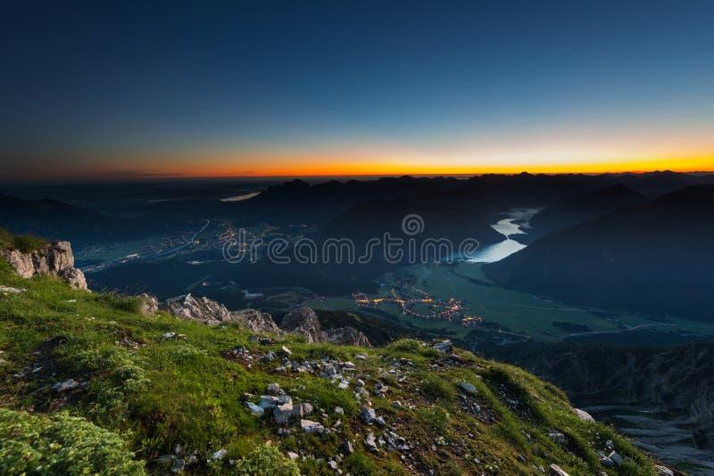Alba sulla cima della montagna con l'orizzonte d'ardore immagine stock