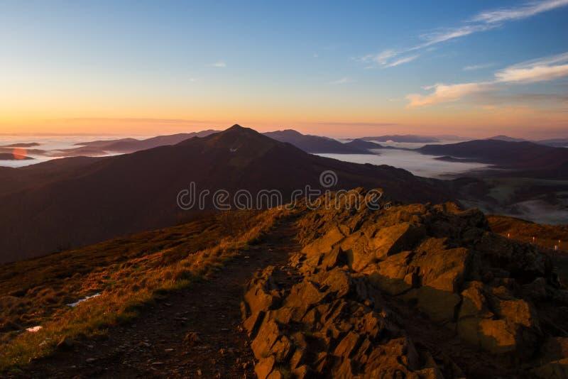 Alba sulla cima delle montagne fotografia stock