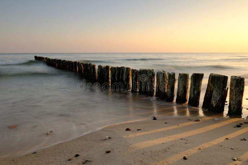 Alba sulla costa del Mar Baltico, obrzeg del 'di KoÅ, Polonia fotografia stock libera da diritti