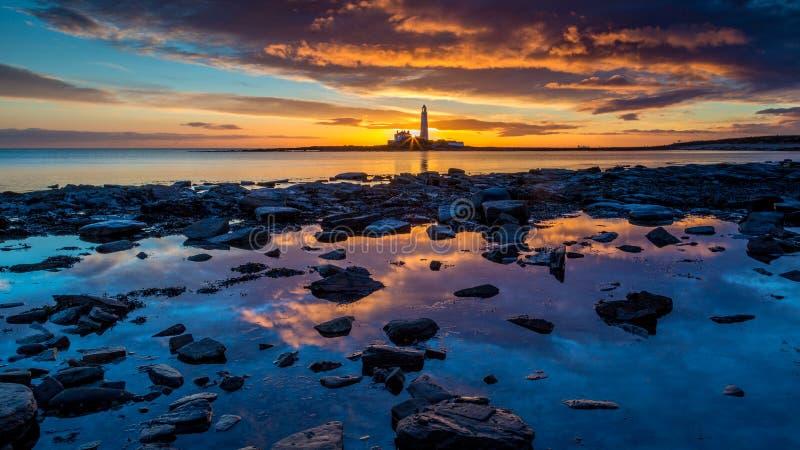 Alba sulla costa di Northumberland, Inghilterra fotografie stock