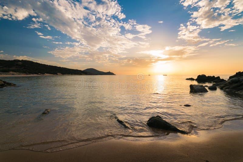 Alba sulla spiaggia di Chia, Sardegna, Italia fotografie stock