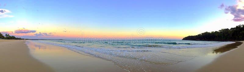 Alba sulla spiaggia di Noosa nel Queensland fotografia stock libera da diritti