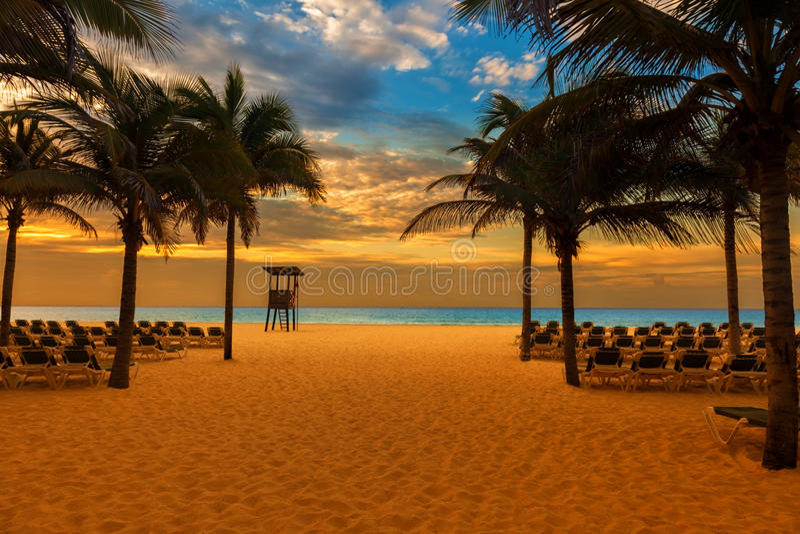 Alba sulla spiaggia di una località di soggiorno caraibica fotografie stock libere da diritti