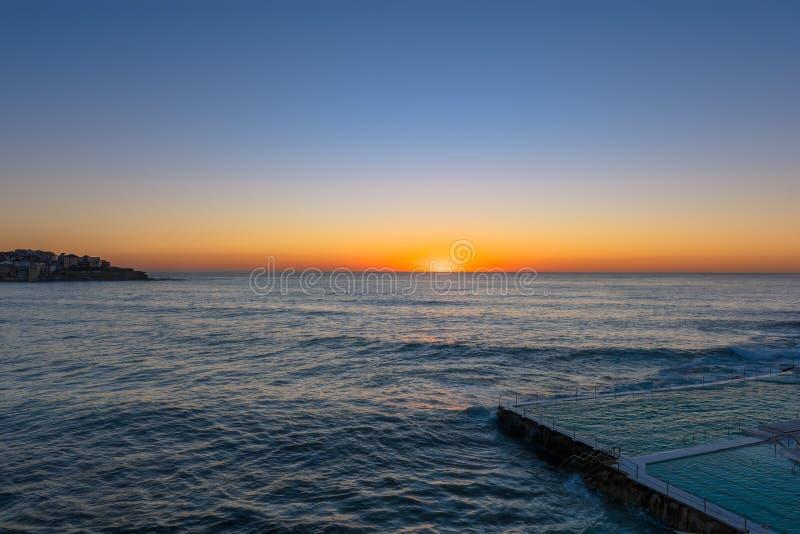 Alba sulla spiaggia Sydney NSW Australia di Bondi immagini stock