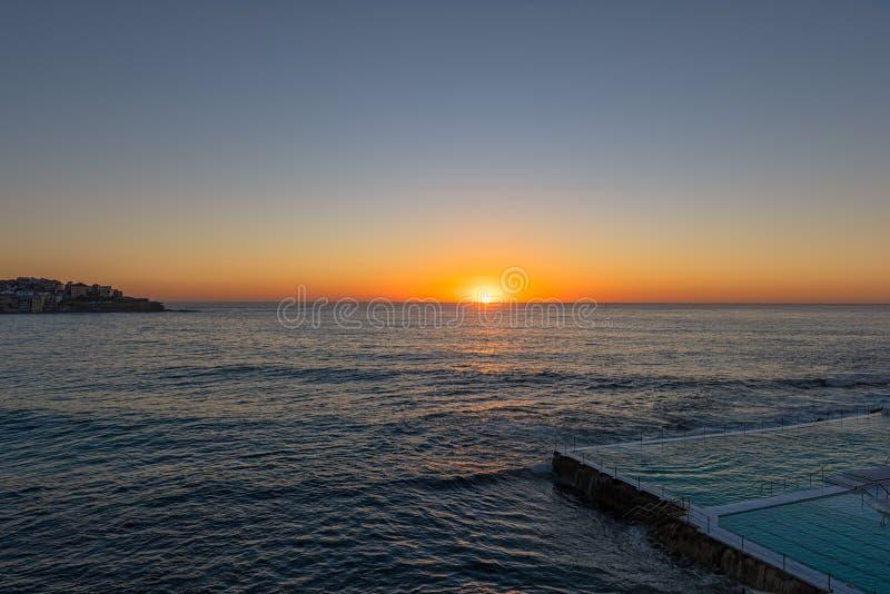 Alba sulla spiaggia Sydney NSW Australia di Bondi fotografia stock