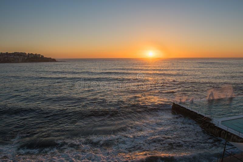 Alba sulla spiaggia Sydney NSW Australia di Bondi fotografie stock