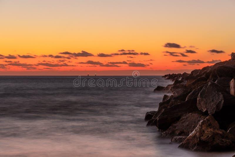 20181029 alba sulla spiaggia - una nuova alba fotografie stock