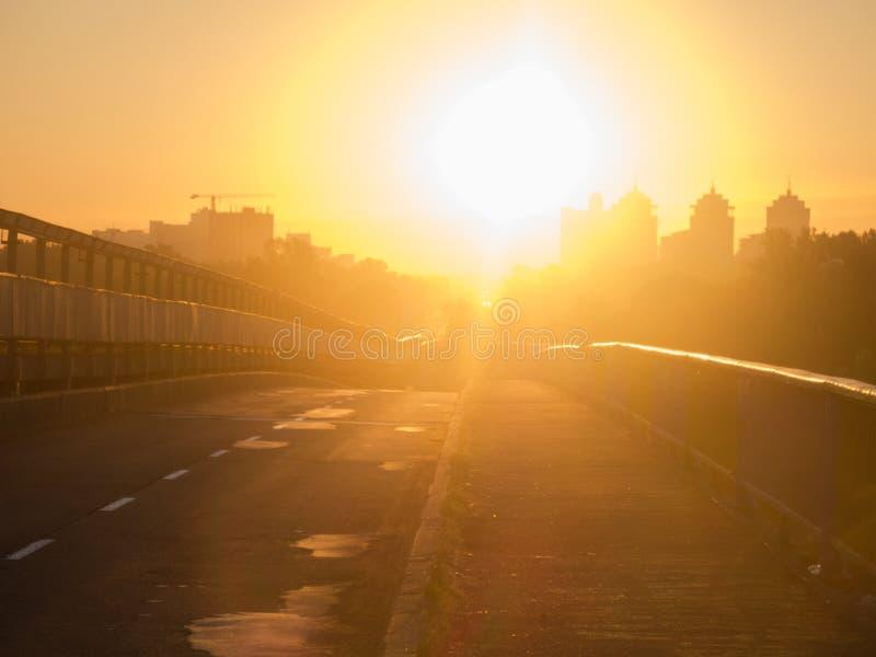Alba sulla strada sul ponte verso il Sun Sole di mattina di abbagliamento immagine stock libera da diritti